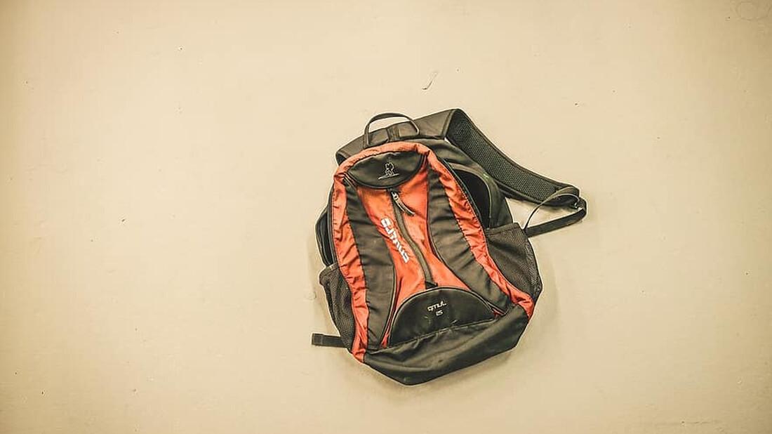 Δες γιατί δεν πρέπει ποτέ να αφήνουμε τη τσάντα στο πάτωμα