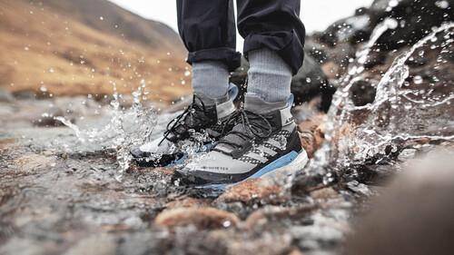 Τα sneakers που επιπλέουν στη βροχή