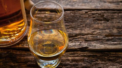 Τρεις ορκισμένοι whisky lovers προτείνουν τις φιάλες που θα αγοράσεις για τις γιορτές