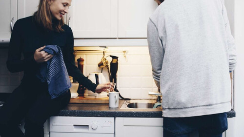 Οι γυναίκες θεωρούν σέξι το να πλένεις πιάτα