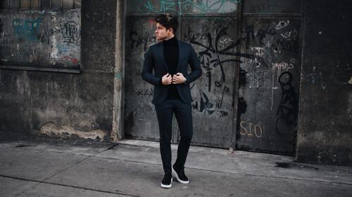 Πώς συνδυάζονται άψογα τα sneakers με ένα κοστούμι;