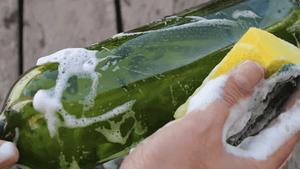 Πώς να καθαρίσεις μπουκάλια και βάζα με στενό λαιμό
