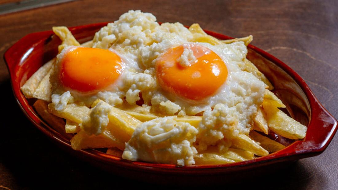 Η στάκα με αβγά είναι το πρωινό που μιλάει στην καρδιά του κάθε άντρα