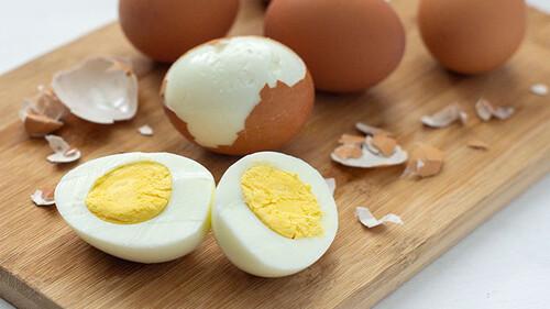Πώς να μην σπάνε τα αυγά όταν τα βράζετε