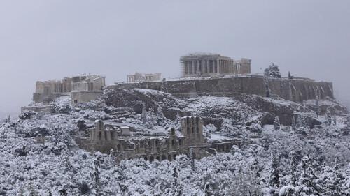 Χιονόπτωση: Μια στιγμή κανονικότητας μέσα στην πανδημία
