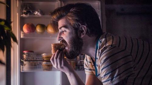 Ποιο είναι το χειρότερο πράγμα που σου κάνει το φαγητό τη νύχτα