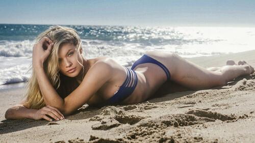 Η Josie Canseco ψάχνει παρέα για την παραλία