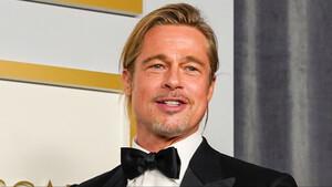Μήπως ένα man-bun επιβάλλεται; Ο Brad Pitt πάντως σίγουρα συμφωνεί μαζί μας