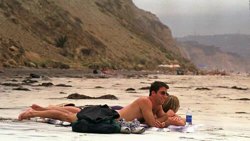 Πότε θα πάψει ο άντρας να θεωρεί ταμπού τον γυμνισμό στην παραλία;