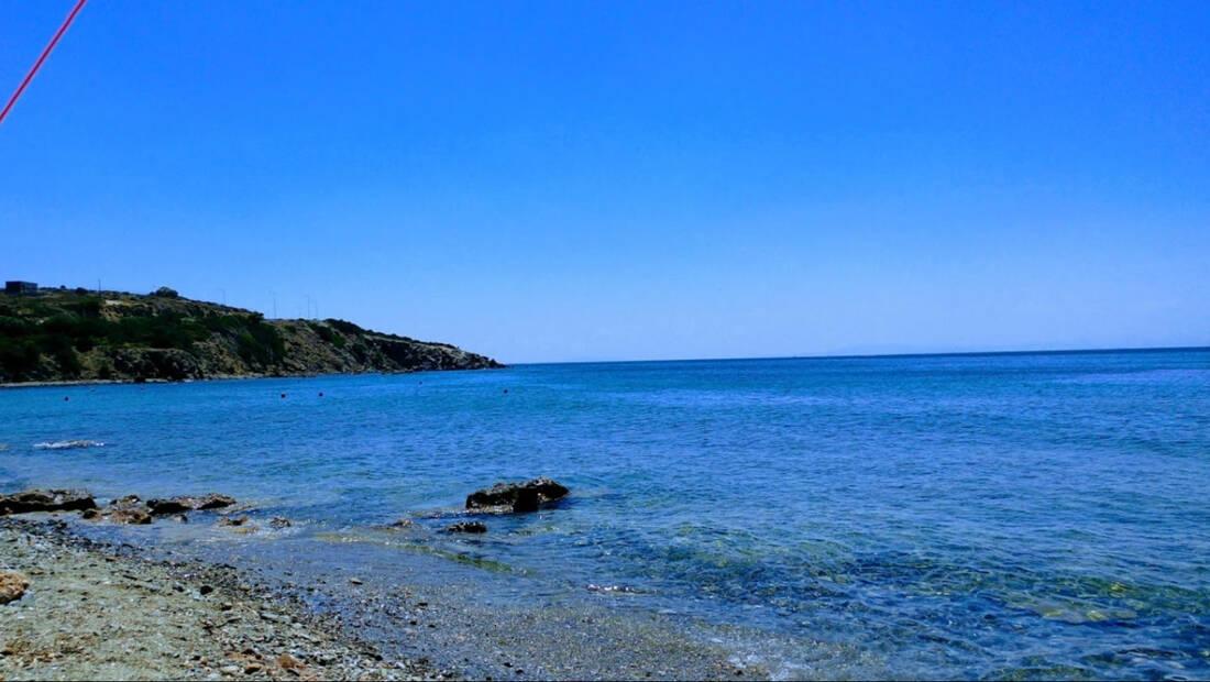 Η πιο διάσημη «κρυφή» παραλία στην Αττική αυτή τη στιγμή