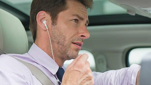 Έρευνα: Πόσο επικίνδυνο είναι να φοράς ακουστικά ενώ οδηγείς;