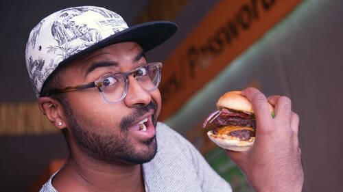Πώς είναι να ταξιδεύεις μόνο και μόνο για να δοκιμάσεις ένα δυνατό burger;