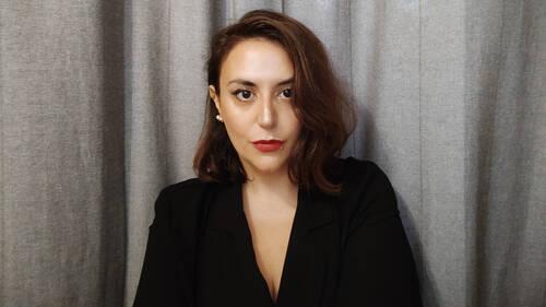 Σοφία Μπραϊμάκου: Η συγγραφέας που θα σε κάνει να χαθείς μέσα στο ίδιο σου το σπίτι