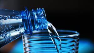 Νερό: 7 λόγοι για να πίνεις ένα ποτήρι με το που ξυπνάς