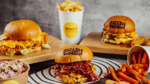 Smash Burger: ο Τάσος Αντωνίου υπογράφει το νέο hot speakeasy burger spot της πόλης