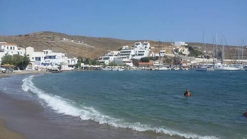 Η ελληνική παραλία που έχει μισό κρύο και μισό ζεστό νερό