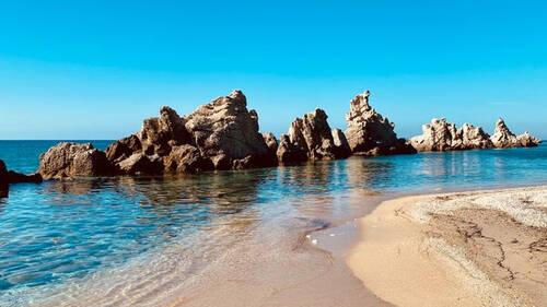 Αρτολίθια: Μία παραλία βγαλμένη από το εξωτερικό