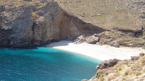 Η «μυστική» παραλία της Εύβοιας με τη σπάνια λεύκη άμμο