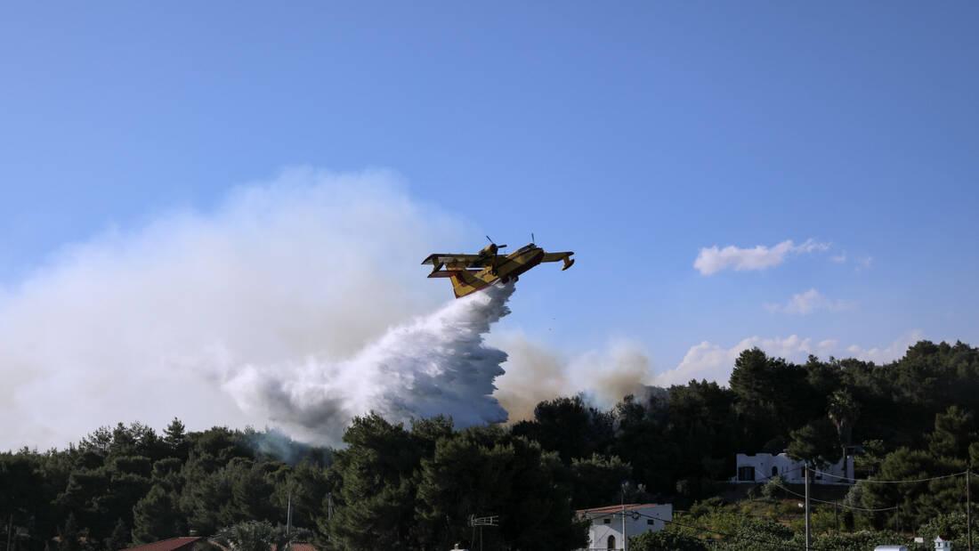 Φωτιά: Διπλό πύρινο μέτωπο στην Αττική – Πυρκαγιές σε Βαρνάβα και Ελευσίνα