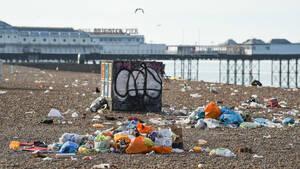 Οι παραλίες της Αγγλίας γέμισαν με μισό εκατομμύριο ανθρώπους και τόνους από σκουπίδια