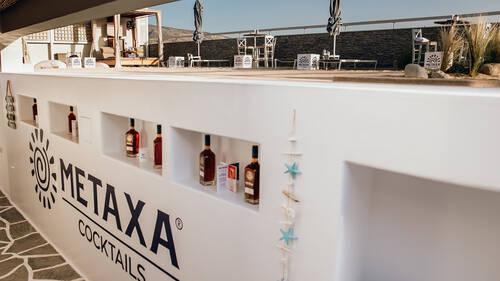 H ταράτσα του Mavili Beach μετατρέπεται σε Pop Up METAXA Bar