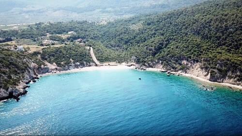 Μπορεί μια παραλία κοντά στην Αθήνα να σου θυμίζει νησί;