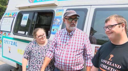 Πατέρας αγοράζει ice cream truck στα παιδιά του που έχουν Σύνδρομο Down