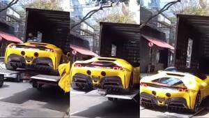Ιδιοκτήτης νέας Ferrari την βλέπει να πέφτει από το φορτηγό
