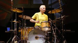 Charlie Watts: O άνθρωπος που δίδαξε τον ρυθμό του rock and roll σε πέντε γενιές