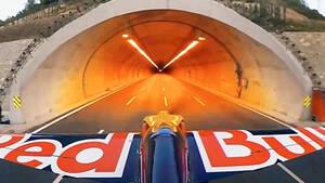Ρεκόρ Guinness: Ένας πιλότος της Red Bull πέρασε με αεροπλάνο μέσα από τούνελ