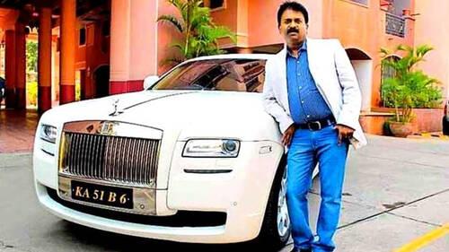 Αυτός ο Ινδός κουρέας κυκλοφορεί με μία Rolls Royce κι άλλα 400 luxury cars
