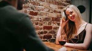 Πρέπει να παραγγέλνει και για τη γυναίκα ο άντρας στο εστιατόριο;