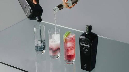 Το Scapegrace Black είναι το πρώτο μαύρο gin και δεν έχει μόνο cool εμφάνιση
