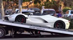 O Lewis Hamilton πληρώνει γερανό για να του μετακινήσουν τα αυτοκίνητα μετά τη βόλτα του