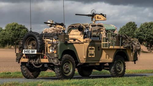 Αυτό το Land Rover είναι εξοπλισμένο με δύο πολυβόλα και κυκλοφορεί νομιμότατα στον δρόμο