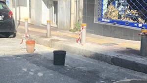 Καφάσι-Καρέκλα-Χαρτόκουτο σε θέση πάρκινγκ: Αυτή η ελληνική μάστιγα