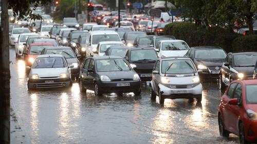 Το να περιμένεις την οδική ενώ βρέχει, πονάει πάντα περισσότερο