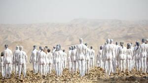 200 άνθρωποι ποζάρουν γυμνοί για να σωθεί η Νεκρά Θάλασσα